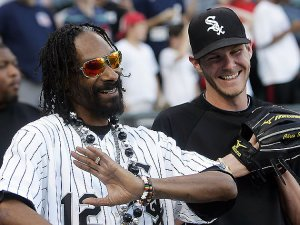 Reds fans might have trouble convincing Snoop to change color loyalties. Hes a fan of the Green.